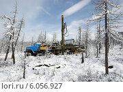 Буровая установка в лесотундре Восточных Саян (2014 год). Редакционное фото, фотограф Александр Игнатов / Фотобанк Лори