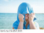 Ребенок спрятался под полотенцем. Стоковое фото, фотограф Дарья Мирошникова / Фотобанк Лори