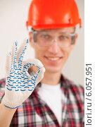 """Купить «Рабочий показывает жест """"окей""""», фото № 6057951, снято 25 июня 2014 г. (c) Astroid / Фотобанк Лори"""