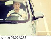 Купить «man placing parking clock on car dashboard», фото № 6059275, снято 5 июля 2013 г. (c) Syda Productions / Фотобанк Лори