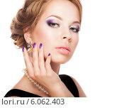 Купить «Красивая девушка с фиолетовым макияжем и маникюром», фото № 6062403, снято 18 июня 2014 г. (c) Вера Франц / Фотобанк Лори
