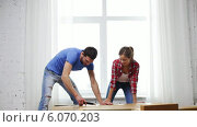 Купить «Smiling couple opening big cardboard box», видеоролик № 6070203, снято 31 января 2014 г. (c) Syda Productions / Фотобанк Лори