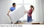 Купить «Smiling couple opening big cardboard box with sofa», видеоролик № 6073943, снято 31 января 2014 г. (c) Syda Productions / Фотобанк Лори