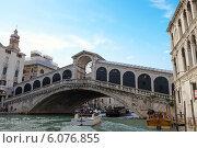 Купить «Вид на мост Риальто и Гранд-Канал в Венеции. Италия», фото № 6076855, снято 4 ноября 2013 г. (c) Евгений Ткачёв / Фотобанк Лори