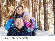 Купить «happy family in winter forest», фото № 6077919, снято 1 февраля 2014 г. (c) Майя Крученкова / Фотобанк Лори