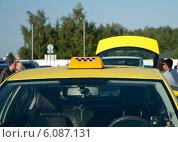 Купить «Жёлтое такси в ожидании пассажиров в аэропорту», эксклюзивное фото № 6087131, снято 4 июля 2014 г. (c) Svet / Фотобанк Лори