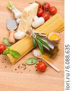 Купить «Спагетти, овощи, грибы и оливковое масло», фото № 6088635, снято 30 апреля 2014 г. (c) Ирина Денисова / Фотобанк Лори