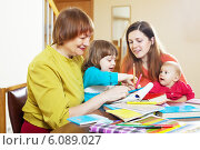 Happy woman with daughter and children playing at home. Стоковое фото, фотограф Яков Филимонов / Фотобанк Лори