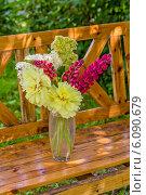 Купить «Букет желтых пионов в вазе на деревянной скамейке», фото № 6090679, снято 29 июня 2014 г. (c) Ольга Сейфутдинова / Фотобанк Лори