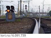 Железнодорожный семафор, снятый крупным планом с нижнего ракурса (2014 год). Редакционное фото, фотограф Моисеева Светлана / Фотобанк Лори