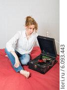 Купить «Женщина с патефоном», фото № 6093443, снято 12 июня 2013 г. (c) Михаил Ворожцов / Фотобанк Лори