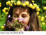 Купить «Девочка нюхает цветы», фото № 6093879, снято 30 июня 2014 г. (c) Ирина Здаронок / Фотобанк Лори
