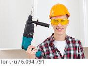 Купить «Улыбающийся рабочий с электрической дрелью», фото № 6094791, снято 25 июня 2014 г. (c) Astroid / Фотобанк Лори
