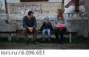 Родители с маленьким сыном сидят на лавочке. Стоковое видео, видеограф Данил Руденко / Фотобанк Лори