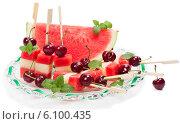 Купить «Смешанный фруктовый салат (арбуз, дыня, вишня, мята) в блюде», фото № 6100435, снято 18 июня 2014 г. (c) Ирина Денисова / Фотобанк Лори