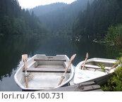 Лодки у причала на озере Лакул Рошу в румынских горах. Стоковое фото, фотограф Irina / Фотобанк Лори