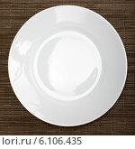 Белая тарелка на салфетке. Стоковое фото, фотограф Виктор Аксёнов / Фотобанк Лори