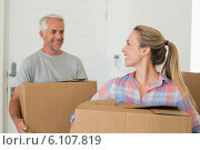 Купить «Happy couple carrying cardboard moving boxes», фото № 6107819, снято 17 сентября 2019 г. (c) Wavebreak Media / Фотобанк Лори