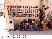 Человек продаёт вязаные шапки на улице (2012 год). Редакционное фото, фотограф Лилия Абдуллина / Фотобанк Лори