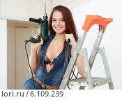 Sexy girl makes repairs at home. Стоковое фото, фотограф Яков Филимонов / Фотобанк Лори