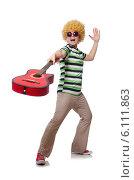 Купить «Man with afro wig with guitar on white», фото № 6111863, снято 3 мая 2014 г. (c) Elnur / Фотобанк Лори