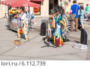 Купить «Индейцы в национальных костюмах играют на флейтах и танцуют», фото № 6112739, снято 7 июля 2014 г. (c) Сергей Дубров / Фотобанк Лори
