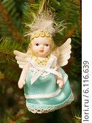 Купить «Старая елочная игрушка. Ангел», эксклюзивное фото № 6116639, снято 7 января 2014 г. (c) Зобков Георгий / Фотобанк Лори