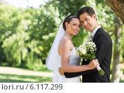 Loving newly wed couple in garden. Стоковое фото, агентство Wavebreak Media / Фотобанк Лори