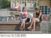 Купить «Молодые девушки отдыхают у фонтана в парке Горького в Москве», эксклюзивное фото № 6126895, снято 3 июля 2014 г. (c) lana1501 / Фотобанк Лори