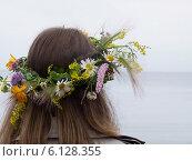 Купить «Девушка в венке из полевых цветов, вид сзади», фото № 6128355, снято 28 июня 2014 г. (c) Корнилова Светлана / Фотобанк Лори