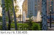 Вечерний городской фонтан в Новосибирске в березовом обрамлении (2014 год). Редакционное фото, фотограф Sergey Kiselev / Фотобанк Лори