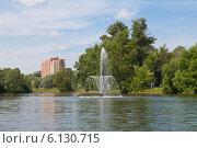 Купить «Люберцы. Наташинский парк. Фонтан в городском пруду», эксклюзивное фото № 6130715, снято 30 июня 2014 г. (c) Lora / Фотобанк Лори