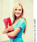 Купить «smiling student with folders», фото № 6131099, снято 30 марта 2013 г. (c) Syda Productions / Фотобанк Лори