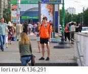 Купить «Промоутер раздает рекламные листовки около метро Щелковская, Москва», эксклюзивное фото № 6136291, снято 3 июля 2014 г. (c) lana1501 / Фотобанк Лори