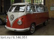 Купить «Minibus Volkswagen Type 2 (Samba Bus)», фото № 6146951, снято 17 мая 2014 г. (c) Sergey Kohl / Фотобанк Лори