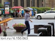 Купить «Санкт-Петербург, люди в дождь идут на Невском проспекте», эксклюзивное фото № 6150063, снято 9 июня 2014 г. (c) Дмитрий Неумоин / Фотобанк Лори