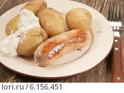 Купить «Отварная молодая картошка о сметаной и сарделькой на тарелке», фото № 6156451, снято 9 июля 2014 г. (c) Александр Курлович / Фотобанк Лори