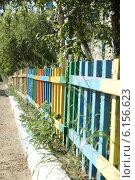 Купить «Цветной забор», фото № 6156623, снято 12 июля 2014 г. (c) Александр Толстоухов / Фотобанк Лори