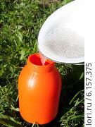 Купить «Переливаем мыльный раствор в пульверизатор», фото № 6157375, снято 19 июля 2014 г. (c) Игорь Мошкин / Фотобанк Лори