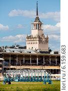 Вид на фасад здания и зрительские трибуны Центрального московского ипподрома в солнечный летний день, Москва (2014 год). Стоковое фото, фотограф Николай Винокуров / Фотобанк Лори