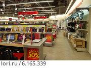 Купить «Торговый зал электроники в магазине М-Видео», эксклюзивное фото № 6165339, снято 21 июля 2014 г. (c) Елена Коромыслова / Фотобанк Лори