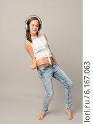 Купить «Dancing girl with headphones singing enjoy music», фото № 6167063, снято 1 июля 2014 г. (c) CandyBox Images / Фотобанк Лори