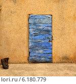 Купить «Стена дома с синей деревянной дверью. Прованс, Франция», фото № 6180779, снято 7 июля 2014 г. (c) Знаменский Олег / Фотобанк Лори