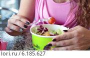 Девушка ест салат пластиковой вилкой в одноразовой посуде, фастфуд. Стоковое видео, видеограф Кекяляйнен Андрей / Фотобанк Лори