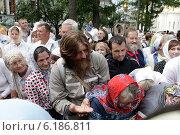 Купить «Троицa-Сергиевa Лаврa, верующие люди встречают священство», эксклюзивное фото № 6186811, снято 18 июля 2014 г. (c) Дмитрий Неумоин / Фотобанк Лори