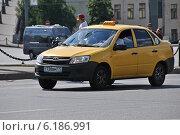 Купить «Желтое такси, Моховая улица, Москва», эксклюзивное фото № 6186991, снято 20 июля 2014 г. (c) lana1501 / Фотобанк Лори