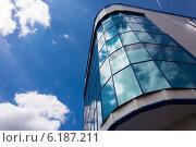 Современное офисное здание на фоне неба с облаками (2014 год). Стоковое фото, фотограф Сергей Гойшик / Фотобанк Лори