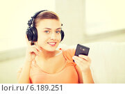 Купить «woman with headphones and smartphone at home», фото № 6189251, снято 1 июня 2013 г. (c) Syda Productions / Фотобанк Лори