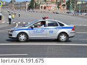 Купить «Полицейский автомобиль 1 СБ ДПС ГИБДД на спецтрассе двигается по улице Кремлевская набережная, Москва», эксклюзивное фото № 6191675, снято 20 июля 2014 г. (c) lana1501 / Фотобанк Лори