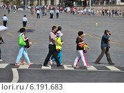 Люди переходят дорогу по пешеходному переходу, улица Васильевский спуск, Москва, эксклюзивное фото № 6191683, снято 20 июля 2014 г. (c) lana1501 / Фотобанк Лори